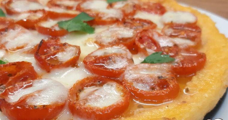 PIZZA DI POLENTA CON POMODORINI E MOZZARELLA