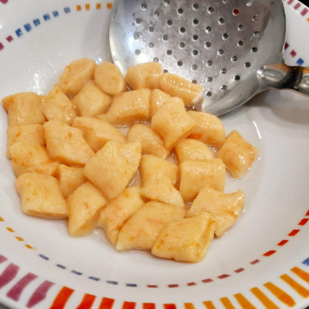 Gnocchi di patate e carote con ragù bianco di salsiccia