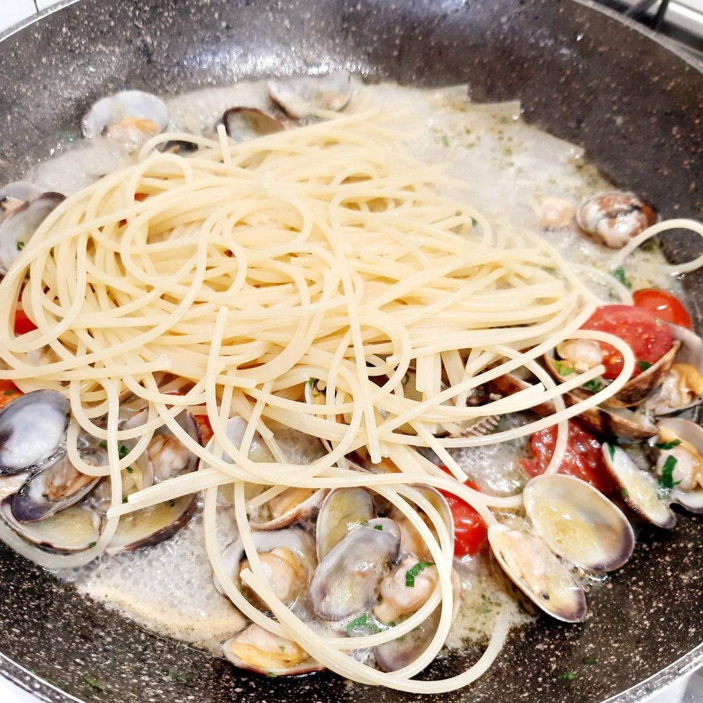 spaghetti con vongole veraci e pomodorini