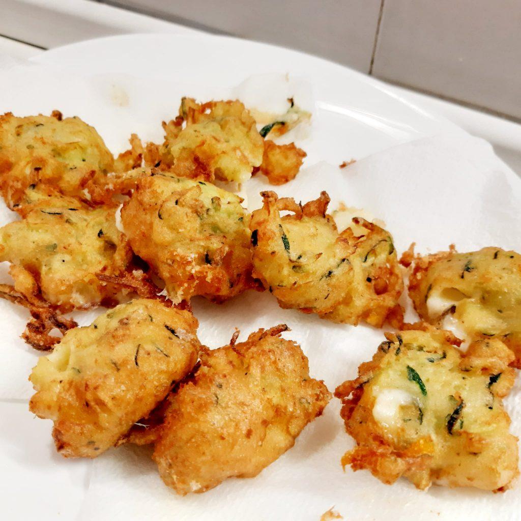 frittelle di zucchine fiori di zucca e acciughe