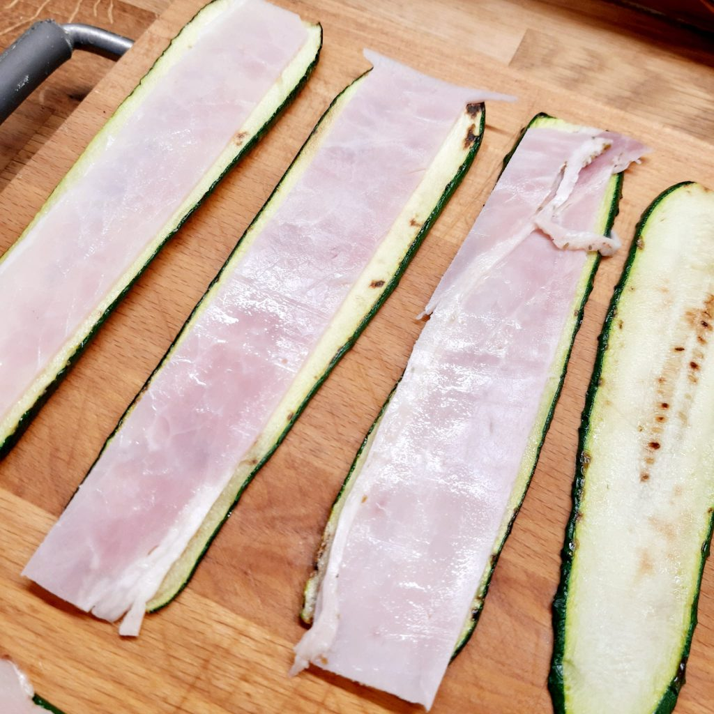 Rotolini di zucchine con prosciutto cotto e scamorza